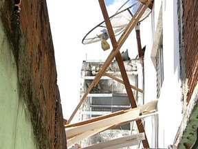 Explosão de gás derruba parte de casa em Guarulhos - Uma idosa, de 64 anos, ficou gravemente ferida. O marido escapou ileso. Segundo os vizinhos, ela tinha acabado de acordar e foi ligar a luz da cozinha. A maioria dos acidentes deste tipo acontece por má instalação do botijão ou esquecimento do fogão.