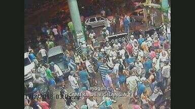 Festa irregular em posto de gasolina apresenta risco aos participantes - Uma festa irregular é promovida semanalmente por diversos jovens em um posto de combustíveis em Hortolândia (SP). Muitos deles fumam próximos as bombas de combustível.