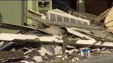 Após invadir duas casas, motorista de caminhão foge em São José - Um caminhão desgovernado invadiu duas casas por volta das 3h30 desta sexta-feira (8) no bairro Chácaras do Eucaliptos, na zona leste de São José dos Campos.