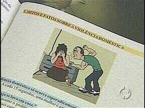 Polícia Militar lança cartilha para ajudar mulheres vítimas de violência - O combate a violência contra a mulher é tema de palestras e de várias outras ações nesta semana em Londrina. No estúdio, a promotora Suzana Lacerda falou sobre o atendimento às mulheres.