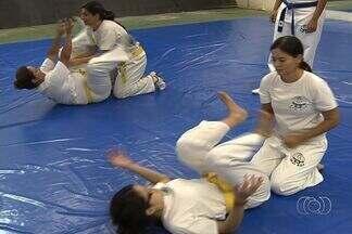 Mulheres buscam apreender técnicas de defesa pessoal, em Goiânia - Com medo da violência, a mulher está cada vez mais a procura de técnicas de defesa pessoal. Uma das mais procuradas é o krav-magá.