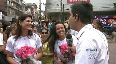 TV Amazonas homenageia mulheres em Manaus - Repórteres e jornalista presentearam mulheres com flores em ruas de Manaus