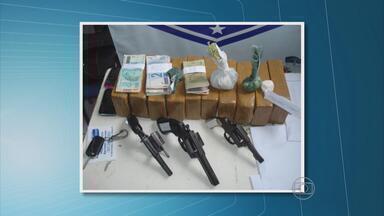 Onze quilos de pasta-base de cocaína são apreendidos no Sertão de Pernambuco - Oito pessoas que levavam a droga em uma van, que seguia de Petrolina para Trindade, foram presas. Três armas foram recolhidas.