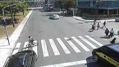 Morre adolescente de 16 anos atropelado na Zona Sul do Recife - Ele estava em uma bicicleta e tentou atravessar a Avenida Visconde de Jequitinhonha quando o semáforo estava aberto para os motoristas.