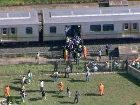 Falha em dois trens parou linha de metrô em Brasília e causou pânico - Um dos trens parou completamente na linha por 40 minutos. As portas travaram automaticamente e os passageiros ficaram presos dentro de quatro vagões lotados. Alguns passageiros quebraram os vidros e saíram pelas janelas.
