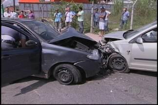 Acidentes entre dois carros deixa quatro pessoas feridas em Ferraz - Um acidente entre dois carros deixou quatro pessoas feridas em Ferraz de Vasconcelos. A polícia informou que um dos veículos invadiu a pista contrária. Bebidas alcóolicas foram encontradas.