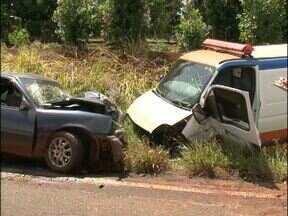 Acidente no sudoeste deixa uma pessoa morta e cinco feridas - O acidente foi na PR469. Um carro de passeio e uma ambulância bateram de frente.