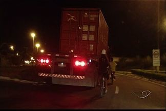 Rapazes com bicicleta são flagrados pegando carona em carreta no ES - O flagrante aconteceu na BR-262.