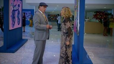 Charlô fala com Dominguinhos como se ele fosse Otávio - Ela não acredita que ele não é o primo desaparecido