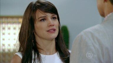 Carolina aceita as condições de Felipe - Porém, a vilã decide conquistá-lo