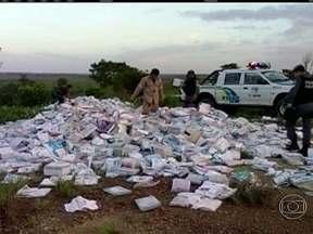 Milhares de livros didáticos são encontrados no lixo no Amapá - Os livros, que estavam abandonados em dois pontos da BR-156, deveriam ter sido entregues em escolas de cinco municípios. A Polícia Federal investiga uma empresa de Belém que seria responsável pela entrega.