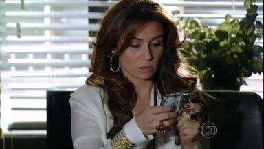 Helô diz a Isaurinha que precisa falar com Antônia - A delegada quer conversar com a empresária, depois de descobrir sua ligação com Wanda