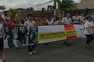 Estudantes e professores de escola pública de CG vão às ruas para homenagear as mulheres - Rosas nas mãos dos participantes simbolizavam pedido de paz.