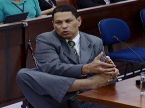 Mizael Bispo de Souza responde perguntas no terceiro dia de julgamento - No terceiro dia de julgamento foi a vez de Mizael Bispo de Souza falar. Ele respondeu perguntas dos advogados de defesa, dos jurados e do juiz. A promotoria preferiu não questionar o réu.