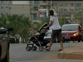 Moradores de Águas Claras reclamam da falta de faixas de pedestre - Em Águas Claras, muitos moradores reclamam que as avenidas não têm faixas de pedestre, o que é um perigo para quem precisa atravessar em horários de grande movimento.