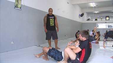 MMA? - O De Ponta a Ponta foi ás ruas pra saber o que as pessoas pensam e o que sabem sobre MMA. O lutador de MMA Rafael Feijão, que estreia no UFC em julho, explica porque o esporte está crescendo e conquistando os brasileiros cada vez mais.