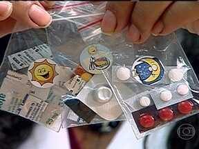 Hospital no Rio tem um dos mais conceituados centros de tratamento de hipertensão do país - Pacientes mais graves chegam a tomar 32 comprimidos por dia. Para organizar tantos medicamentos, enfermeiras criaram caixas de papelão com desenhos que indicam a hora em que devem ser tomados.