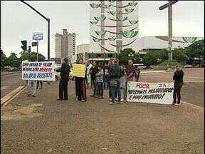 Professores voltam a protestar no centro de Cascavel - A categoria vem tentando negociação com a prefeitura para melhorar o trabalho e os salários.