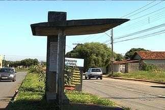 Abrigo fica do lado oposto ao local da parada de ônibus em avenida de Goiânia - Ponto de ônibus fica próximo aos setores Vila Rosa Faiçalville. A TV Anhanguera flagrou uma moradora tentando embarcar no local.