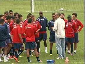 Paraná Clube e Atlético fazem amanhã na Vila Capanema o clássico da rodada - O clássico quase foi adiado por causa da situação do gramado, mas a Federação confirmou e a partida está marcada para amanhã às quatro da tarde.
