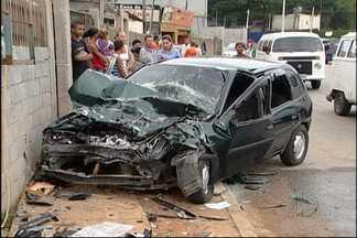 Cinco pessoas ficam feridas em acidente em Itaquaquecetuba - Cinco pessoas ficaram feridas em um acidente em Itaquaquecetuba neste sábado (16). Dois carros que seguiam em direção contrária bateram de frente na Estrada do Bonsucesso.
