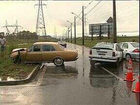 Uma pessoa morreu hoje à tarde em um acidente - Dois carros bateram na Cidade Industrial de Curitiba.