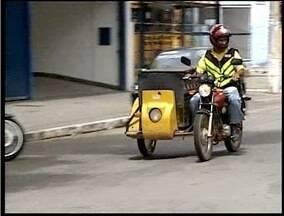 Novas regras para mototaxistas e entregadores fazem crescer venda de equipamentos - Mototaxistas e motofretistas reclamam do alto valor dos equipamentos de segurança.