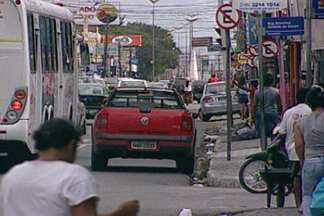 Trânsito no bairro de Mangabeira causa dor de cabeça em muita gente - Motoristas insistem em estacionar na avenida Josefa Taveira e podem ser multados.