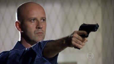 Almir não deixa Zyah sair do quarto - Morena se assusta quando o policial aponta a arma para Zyah