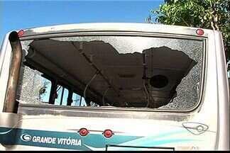 """Ônibus com passageiros é apedrejado no bairro Bonfim, Vitória - """"Os cinco passageiros gritaram. Puxei o ônibus e segui"""", disse o motorista.Polícia disse que ação foi em represália a prisão de um suspeito do tráfico."""