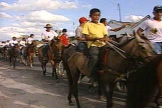 Cavalgada reúne cerca de 500 cavaleiros em Campina Grande - Cavaleiros sairam em cortejo pedindo a São José que ano de 2013 seja chuvoso.