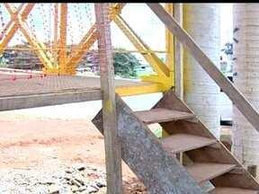 Pedestres usam escada de madeira na BR-060 - A Redação Móvel estacionou na BR-060 para mostrar a situação de uma passarela de pedestres. Para atravessar a via com um pouco mais de segurança, os pedestres são obrigados a utilizar uma escada rudimentar.