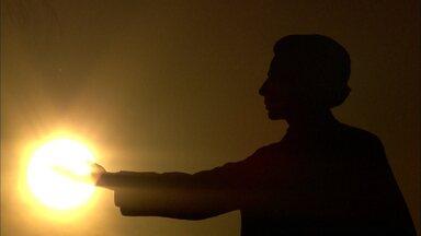 Dia 21 de março se comemora o dia internacional da poesia. - Uma data como essa arte não poderia passar em branco. Silvia Resende aproveita o ano do centenário de Vinícius de Moraes e entra neste fascinante e emocionante mundo poético.