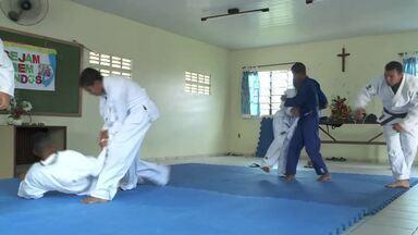 Esporte ajuda a melhorar disciplina de jovens e crianças - Estudantes da rede pública, em Chã da Jaqueira, ficam longe da violência graças ao judô.