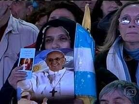 Argentinos acompanham com emoção a entronização do Papa Francisco - A Praça de Maio, em frente à catedral, parecia a extensão da Praça São Pedro, em Roma. A missa que marcou o início do pontificado de Francisco foi transmitida ao vivo, em telões.