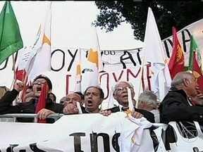 Parlamento de Chipre rejeita proposta de confisco das contas bancárias - Oo governo propôs cobrar imposto sobre todos os depósitos bancários. O projeto, que prejudicaria inclusive os aposentados estrangeiros, foi vetado pelo parlamento. Incertezas sobre o socorro financeiro à ilha prejudicaram o desempenho das bolsas.