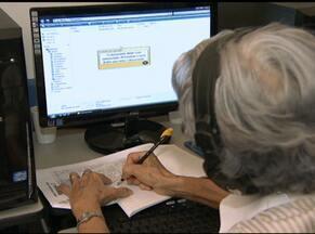 Tecnologia atrai cada vez mais adeptos da terceira idade - Muitos idosos têm procurado cursos de informática, enquanto outros contam com a ajuda dos netos.