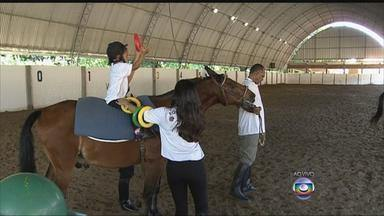 No Recife, serviço de equoterapia volta a funcionar depois de dois anos - Tratamento que é feito com cavalos ajuda pessoas com deficiência e necessidades especiais a melhorar a coordenação motora, o equilíbrio, a ganhar força muscular e a ter qualidade