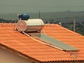 Projeto reduz até 30% da conta de luz em conjunto habitacional de Rondonópolis - Um projeto realizado em um conjunto habitacional de Rondonópolis promete trazer economia de energia para os moradores. São os aquecedores solares que podem reduzir em até 30% a conta de luz no final do mês.