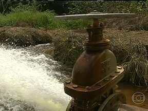 Agricultores de Goiás usam água da chuva para irrigação - Em Cristalina, no leste do estado, a irrigação que garante a produção das lavouras, vem da água da chuva que é armazenada em barragens construídas em córregos e rios. O modelo foi implantado na década de 90