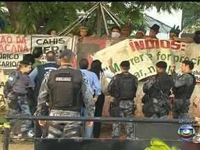 Grupo do Governo do Estado tenta negociar desocupação do antigo Museu do Índio - Um grupo do Governo do Estado, tenta negociar novamente com os indígenas. Eles se aproximaram do muro com apoio de homens do Batalhão de Choque.