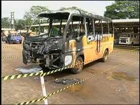 Polícia investiga incêndio de ônibus da Prefeitura de Avaré, SP - Um micro-ônibus pegou fogo na noite desta quarta-feira (20) dentro da garagem municipal no Bairro Jurumirim, em Avaré (SP). Segundo o Corpo de Bombeiros, o micro-ônibus, usado no transporte escolar, estava estacionado no pátio municipal.