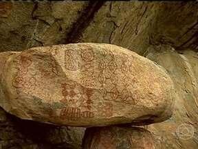 Monte Roraima guarda sinais deixados por índios há três mil anos - No topo do Monte, é possível encontrar centenas de aves, capivaras, jacarés e cavalos. Segundo arqueólogos, também é possível visualizar inscrições deixadas pelos índios Macuxis há três mil anos.