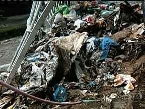 Moradores do Rio Comprido sofrem com mau cheiro e lixo - O RJ Móvel foi à Rua Tenente Vieira Sampaio pela oitava vez. Os moradores sofrem com um vazamento de esgoto que desce da encosta do Morro São Carlos. A vizinhança convive com o mau cheiro e uma cascata de lixo.