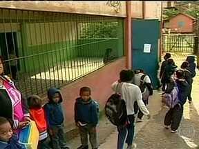 Alunos retomam aulas em algumas escolas que funcionam como abrigos em Petrópolis - Alunos tentam retomar as aulas escolas que funcionam como abrigos em Petrópolis. Ainda existem mais de mil desabrigados e desalojados, divididos em 13 escolas no município.