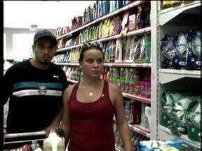 Catarinenses aproveitam queda do câmbio para fazer compras na Argentina - Catarinenses aproveitam queda do câmbio para fazer compras na Argentina.