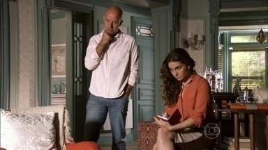 Helô e Morena conversam sobre a quadrilha - A jovem afirma que a delegada pode confiar em Waleska e revela como funciona o esquema criminoso dentro da boate