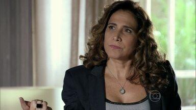Wanda conclui que está sendo ameaçada por Morena - Ela conta para Irina que Lívia está apaixonada por Théo. A vilã pensa no capitão. Ela desconfia que Morena esteja entregando a quadrilha para Helô