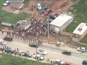 PMs cumprem ordem judicial de reintegração de posse na zona leste de São Paulo - As 1,7 mil pessoas que moram no terreno invadido há um ano não quiseram deixar o local. A tropa de choque da Polícia Militar chegou a invadir o local e houve confronto.