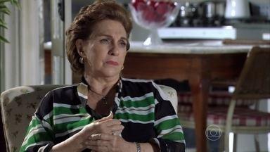 Áurea reclama de Érica e elogia Morena - Érica percebe que a sogra não está gostando de ver Théo se mudando da sua casa